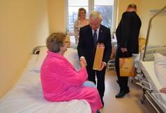 Na zdjęciu Starosta Kraśnicki Andrzej Rolla życzący zdrowia oraz wręczający upominek pacjentce