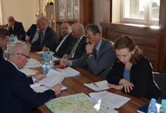Na zdjęciu władze powiatu,wójtowie i burmistrzowie,Zarząd Dróg w Kraśniku podczas spotkania do