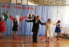 Młodzież z SOSW w Olbięcinie tańcząca walca