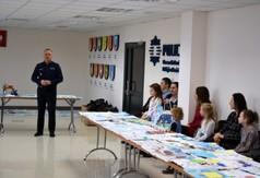 Uczestnicy konkursu Bezpieczna droga do szkoły oraz wyeksponowane prace plastyczne.
