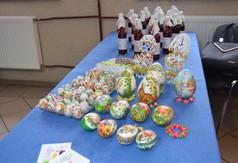 Na zdjęciu ozdoby Wielkanocne i soki.