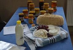 Na zdjęciu regionalne wyroby ser i miód.