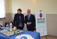 Starosta Kraśnicki Andrzej Rolla z panią z gospodarstwa Cud Malina prezentującą wyroby regionaln