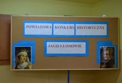 Tablica z napisem Powiatowy Konkurs Historyczny Jagiellonowie.