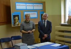 Na zdjęciu od lewej dr Anna Wnuk nauczycielka i Starosta Kraśnicki Andrzej Rolla.