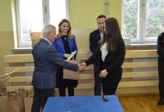 Starosta Kraśnicki Andrzej Rolla wręczający dyplom i nagrodę uczestniczce konkursu historycznego Jagi