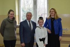Na zdjęciu Starosta Kraśnicki Andrzej Rolla, Wicedyrektor Anna Mielniczek oraz uczennica wraz z opiekun