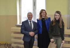 Na zdjęciu Starosta Kraśnicki Andrzej Rolla, a także pani  nauczycielka oraz uczennica biorąca udzia�