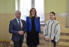 Na zdjęciu Starosta Kraśnicki Andrzej Rolla,Wicedyrektor Anna Mielniczek oraz uczennica biorąca udzia�