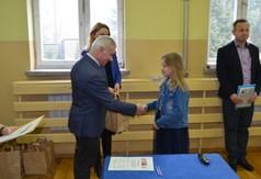 Starosta Kraśnicki Andrzej Rolla wręczający dyplom i nagrodę uczestnikowi konkursu historycznego Jagi
