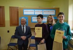Na zdjęciu Starosta Kraśnicki Andrzej Rolla, Wicedyrektor Anna Mielniczek oraz uczniowie biorący udzia