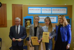 Na zdjęciu Starosta Kraśnicki Andrzej Rolla, a także Wicedyrektor Anna Mielniczek oraz uczennice bior�