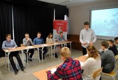 Młodzież podczas pisemnego konkursu Monte Cassino.