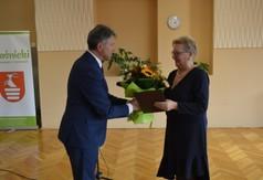 Artur Domański Departament Promocji, Sportu i Turystyki wręczający kwiaty Pani Prezes Rady Kobiet Powi