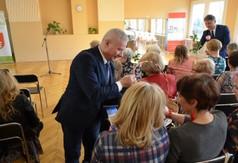 Starosta Kraśnicki Andrzej Rolla wręczający czekolady kobietom.