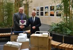 Na zdjęciu Marszałek Województwa Lubelskiego Jarosław Stawiarski  przekazujący tabletów dla szkół
