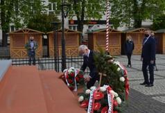 Starosta Kraśnicki Andrzej Rolla składający wieniec pod Pomnikiem Józefa Piłsudskiego w Kraśni