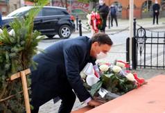 Poseł na Sejm RP Kazimierz Choma składający wieniec kwiatów pod pomnikiem Józefa Piłsudskiego