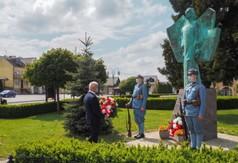 Starosta Kraśnicki Andrzej Rolla składający wiązankę kwiatów pod pomnikiem Anioła Wolności.