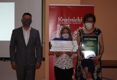 Od lewej Sekretarz Łukasz Skokowski, nagrodzona uczennica wraz z opiekunem