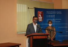 Sekretarz Powiatu Łukasz Skokowski przemawiający podczas konkursu Ekologia w obiektywie