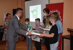 Sekretarz Łukasz Skokowski wręczający nagrody podczas konkursu Ekologia w obiektywie