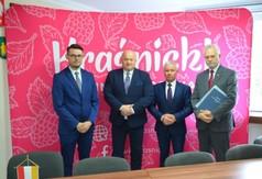 Od lewej Dyrektor Powiatowego Urzędu Pracy w Kraśniku Krzysztof Grzegorczyk, Marszałek Województwa L