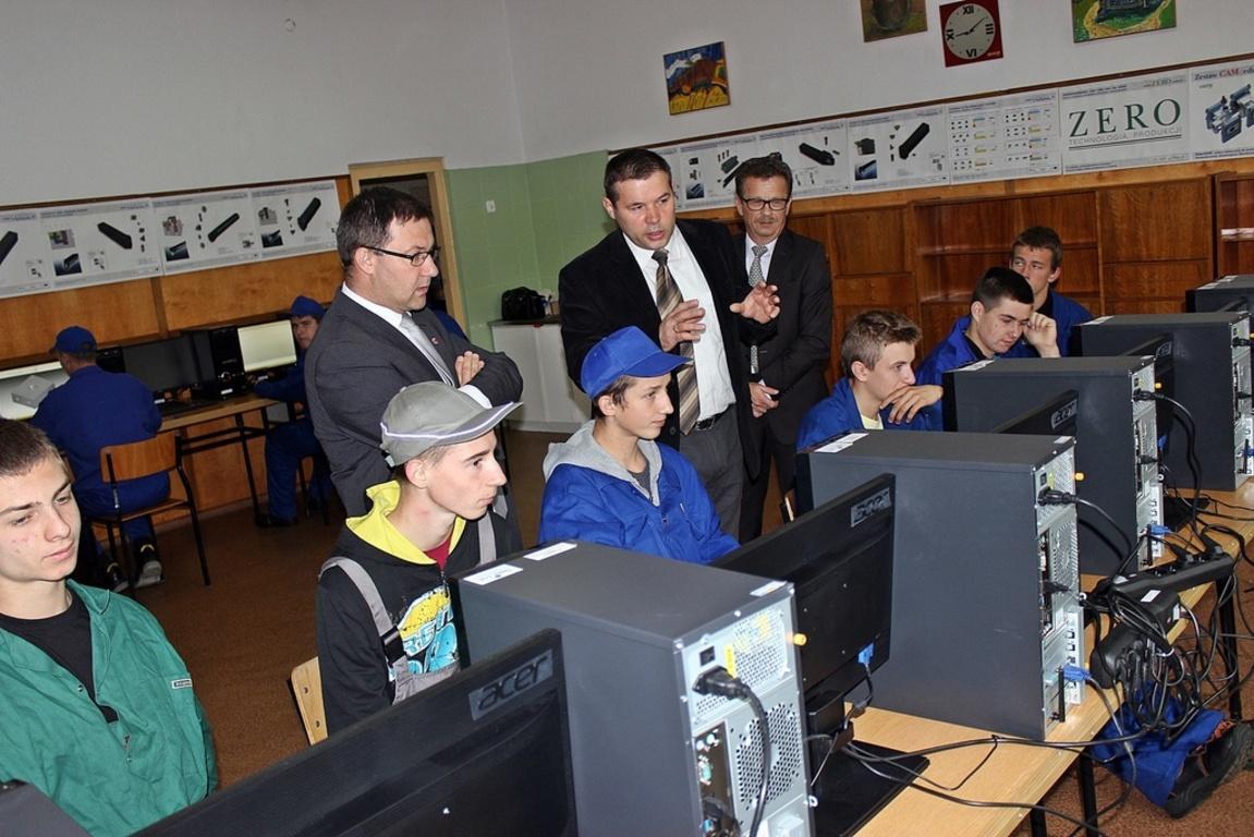 Na zdjęciu uczniowie ZS nr 3 oraz starosta kraśnicki Andrzej Maj (z lewej) i Paweł Porębski, kierowni (link otworzy duże zdjęcie)