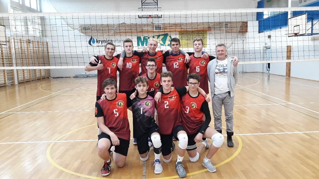 Zespół kadetów MKS Kraśnik wraz z trenerem (link otworzy duże zdjęcie)