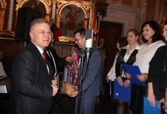 Na zdjęciu Starosta Kraśnicki Krzysztof Staruch i Wicestarosta Kraśnicki Karol Rychlewski wręczają p (link otworzy duże zdjęcie)