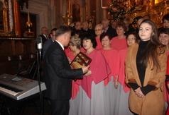 Na zdjęciu Starosta Kraśnicki Krzysztof Staruch wręcza podziękowania dla Chóru Gaude Vitae ze Stalow (link otworzy duże zdjęcie)