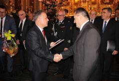 Na zdjęciu Starosta Kraśnicki Krzysztof Staruch wręcza podziękowanie dla Chóru męskiego z Parafii p (link otworzy duże zdjęcie)
