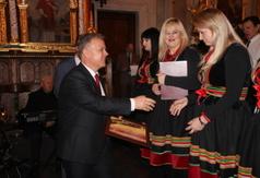 Na zdjęciu Starosta Kraśnicki Krzysztof Staruch wręcza podziękowanie zespołowi Kalina Folk z Polichn (link otworzy duże zdjęcie)