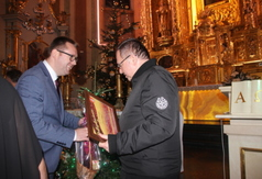 Na zdjęciu Wicestarosta Kraśnicki Karol Rychlewski wręczający podziękowania Dziekanowi Dekanatu Kra� (link otworzy duże zdjęcie)