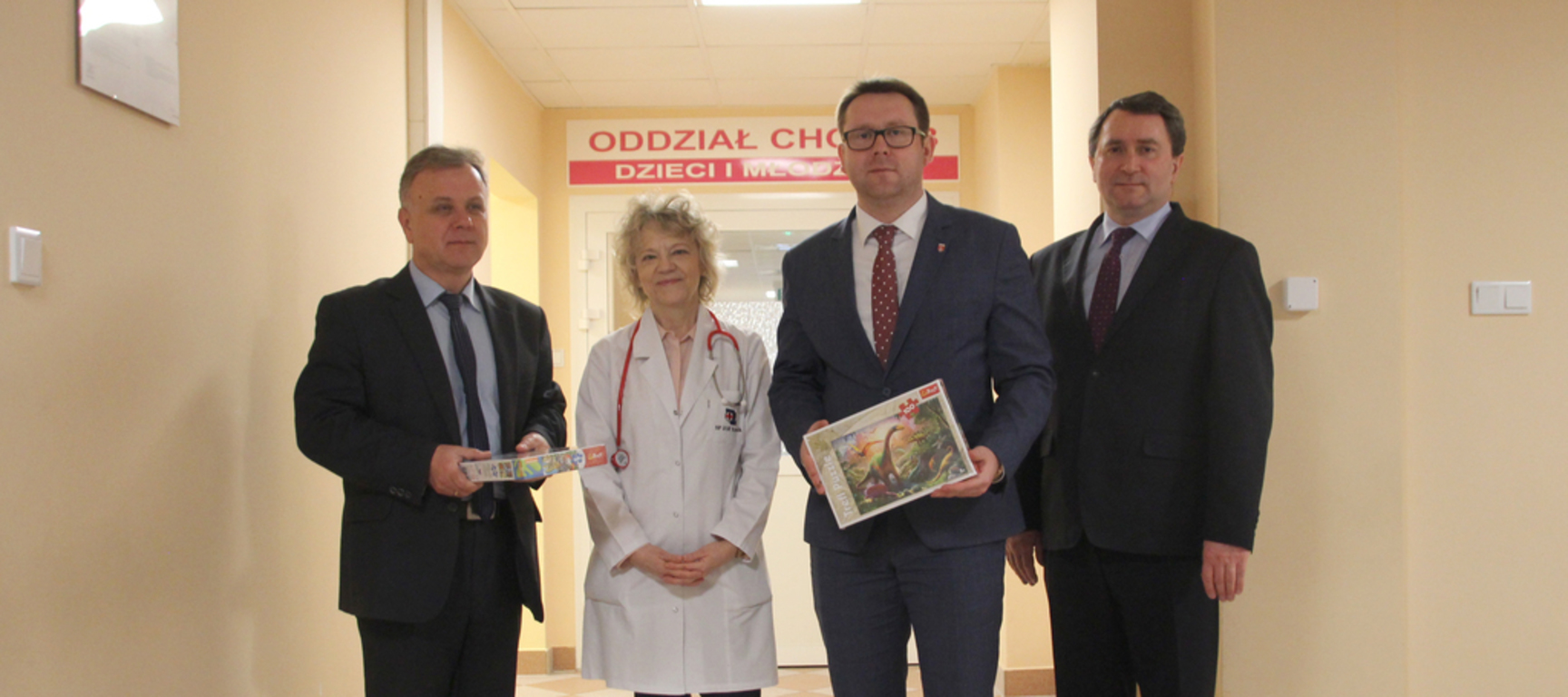 Na zdjęciu Starosta Kraśnicki Krzysztof Staruch, Ordynator Oddziału Chorób Dzieci i Młodzieży Barba (link otworzy duże zdjęcie)