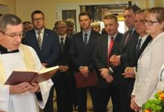 Na zdjęciu władze powiatu, miasta, zaproszeni goście i personel medyczny podczas uroczystego otwarcia