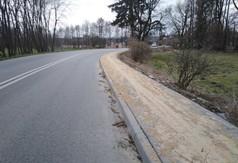 Na zdjęciu zmodernizowany i wyremontowany chodnik w ciągu drogi powiatowej nr 2702L w miejscowości Dzi