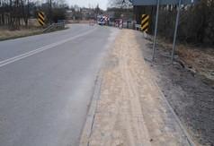 Na zdjęciu zmodernizowany i wyremontowany chodnik w ciągu drogi powiatowej nr 2702L w miejscowości Dzi (link otworzy duże zdjęcie)