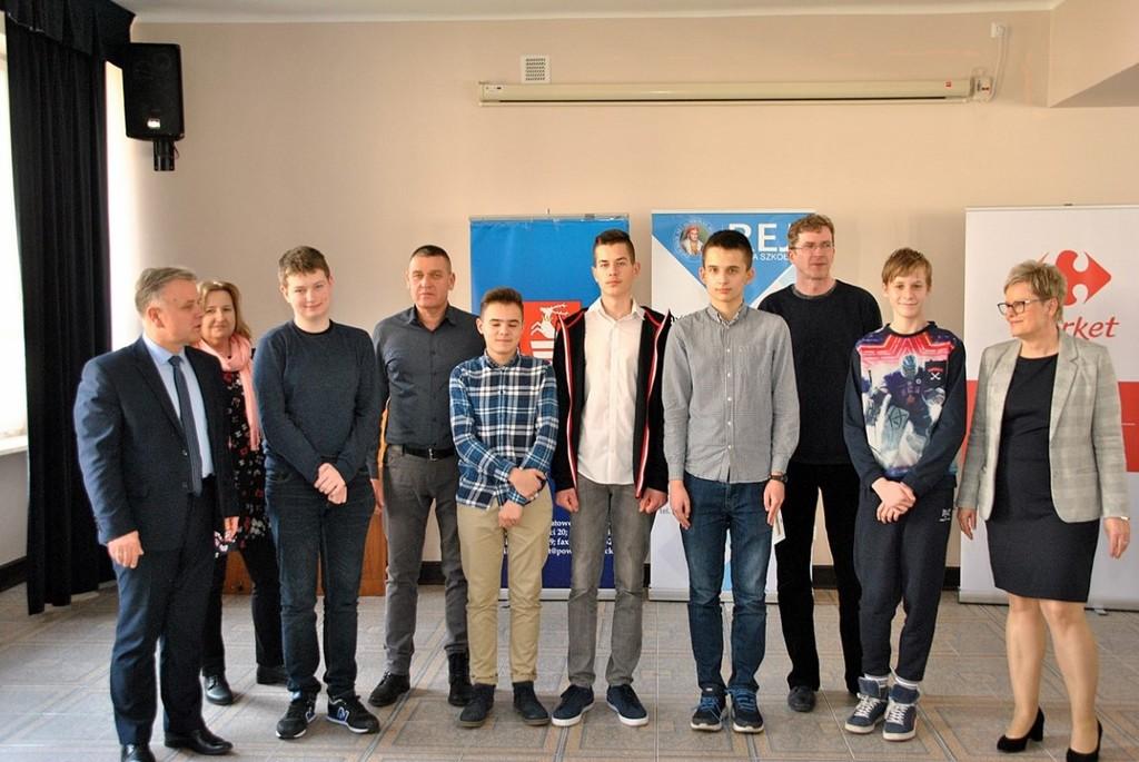 Na zdjęciu Starosta Kraśnicki Krzysztof Staruch, nauczyciele z  Zespołu Szkół nr 2 w Kraśniku oraz (link otworzy duże zdjęcie)