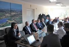 Na zdjęciu przedstawicieli firmy INEA, władze samorządu powiatowego, burmistrzowie, wójtowie, pr