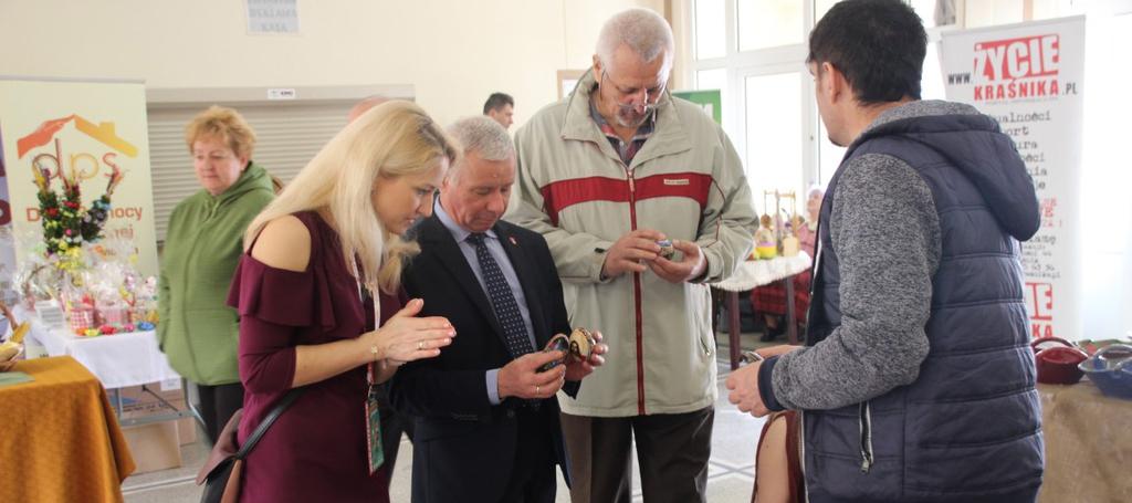 Na zdjęciu od lewej kierownik Wydziału Promocji Katarzyna Michalczewska, Starosta Kraśnicki Andrzej Ro (link otworzy duże zdjęcie)