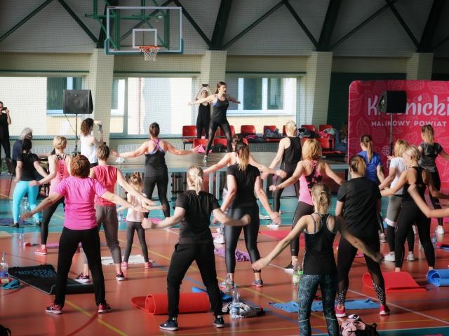 Grafika - zdjęcie ćwiczących podczas V Konwencji Fitness (link otworzy duże zdjęcie)