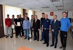 Na zdjęciu uczestnicy Powiatowego etapu Ogólnopolskiego Młodzieżowego Turnieju Motoryzacyjnego oraz c