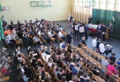 Na zdjęciu społeczność Zespołu Szkół nr 1 w Kraśniku podczas zakończenia roku szkolnego.