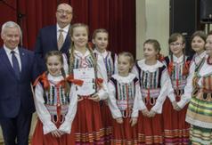 Na zdjęciu Starosta Kraśnicki Andrzej Rolla, Burmistrz Urzędowa Paweł Dąbrowski oraz śpiewacy ludow
