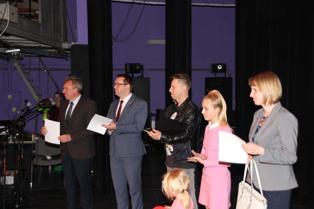 Na zdjęciu od lewej Dyrektor Centrum Kultury i Promocji Wojciech Gołoś, Wicestarosta Kraśnicki Karol (link otworzy duże zdjęcie)
