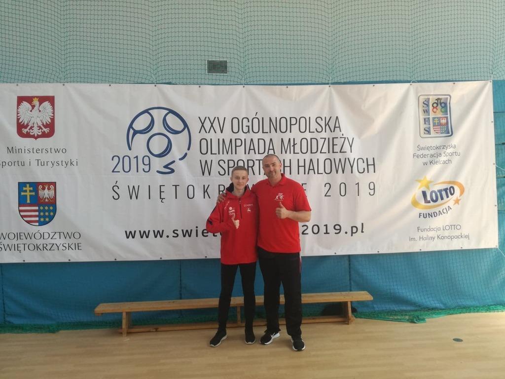 Gabriel Cieślik wraz z trenerem Michałem Wojcieszkiewiczem (link otworzy duże zdjęcie)