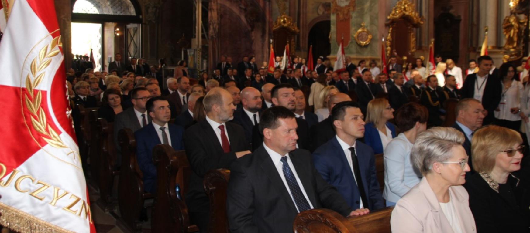 Na zdjęciu uczestnicy 20 lecia Jubileuszu funkcjonowania samorządów wojewódzkich i powiatowych. (link otworzy duże zdjęcie)