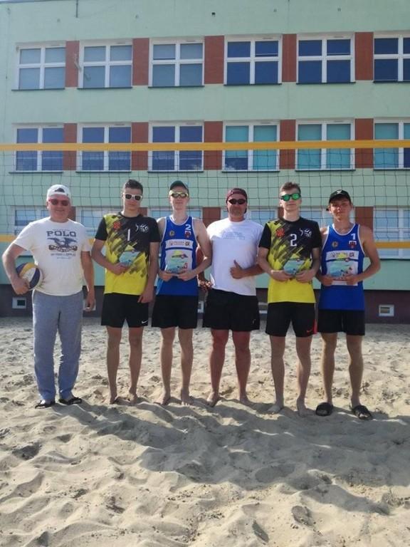 Mistrzowie i wicemistrzowie województwa lubelskiego w piłce siatkowej plażowej (link otworzy duże zdjęcie)