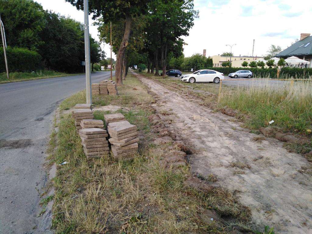 Modernizacja chodnika przy drodze powiatowej przy ulicy Kolejowej nr 2748L. (link otworzy duże zdjęcie)